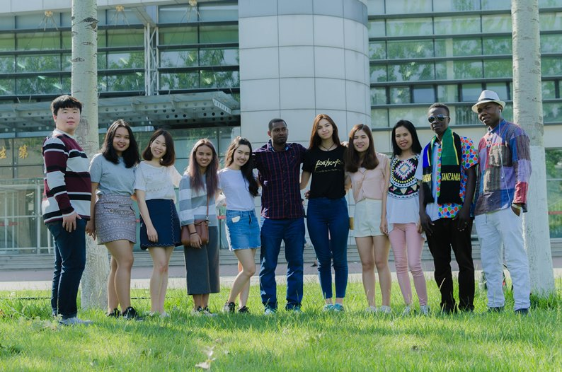 Group-photo-of-Chinese-and-foreign-students